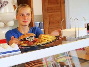 autocamperplads-vestkysten-nissum-fjord-cafe-fjorden-spareribs-burger-mad